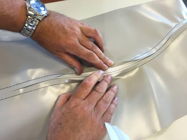 Machine triple entraînement pose fermeture avec dispositif de coupe